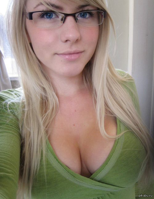 Striking blonde in glasses denudes big boobs from blue fishnets № 31472 бесплатно