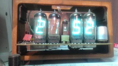 Часы на газоразрядных индикаторах ИН-14, корпус из поломанной ТВ приставки)