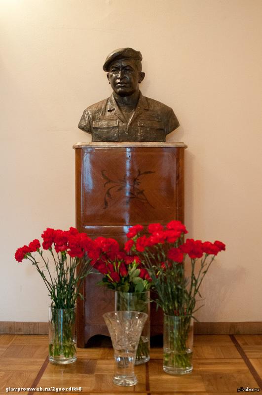 Сегодня исполняется год со дня смерти  Уго Чавеса Что бы не говорили, он был одним из немногих, кто мог противостоять США. Земля ему пухом.