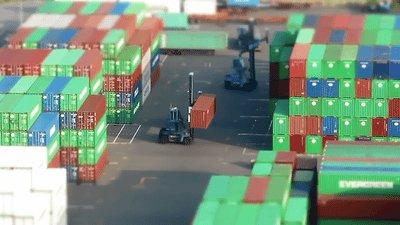 Tilt-shift погрузка контейнеров...