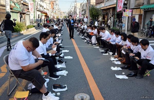 800 японцев решили одновременно почистить обувь для того, чтобы попасть в Книгу рекордов Гиннеса. Жители района Тайто,знаменитого на всю Японию обувными мастерами, побили предыдущий рекорд, установленный в ОАЭ: там на совместную чистку собрались 451 человек.