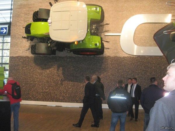 """В поддержку пятничного тега """"моё""""  Видел на пикабу фото, где к стене присобачены автомобили, либо их макеты НАСТОЯЩИЙ трактор прикручен к стене на мощный кронштейн. Фото сделано в Ганновере на выставке Агритехника в октябре 2013 года."""