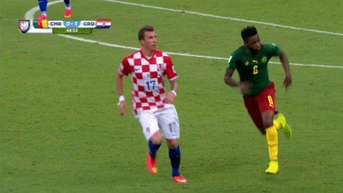 Удаление Сонга в матче с Хорватией Дикие люди (внутри еще гифка). Зато премиальные выбили все таки. Все как Это'О учил)))