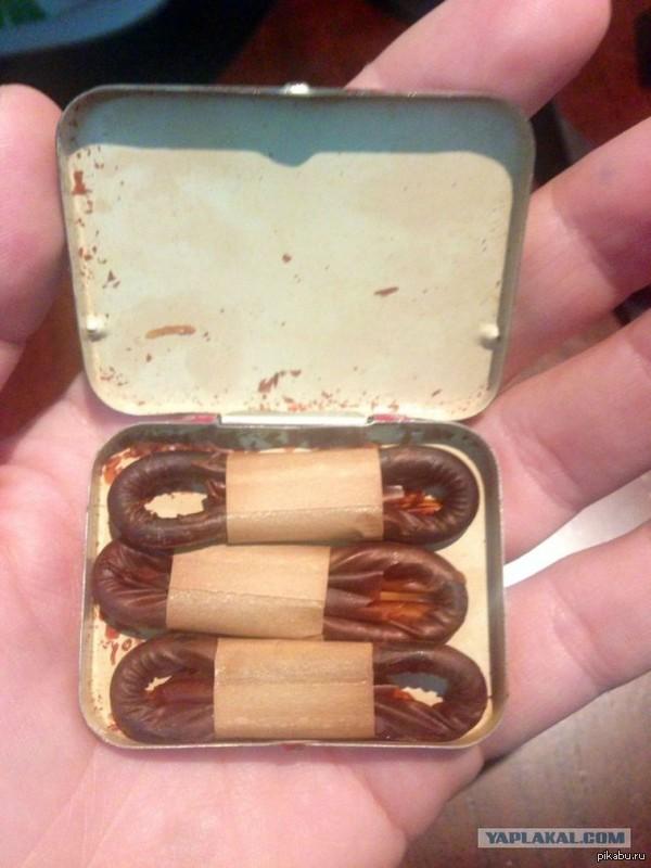 Раритет :) Парень рылся в дедушкином наследстве и нашел коробку с презервативами - 1940-го года выпуска. Удобная коробка, в форме портсигара, аккуратно вымыты и уложены.