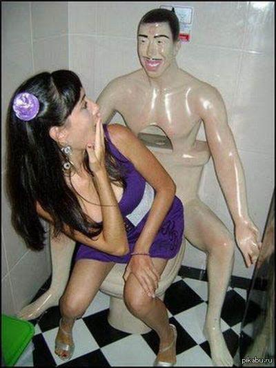 Шикарные девушки в туалете