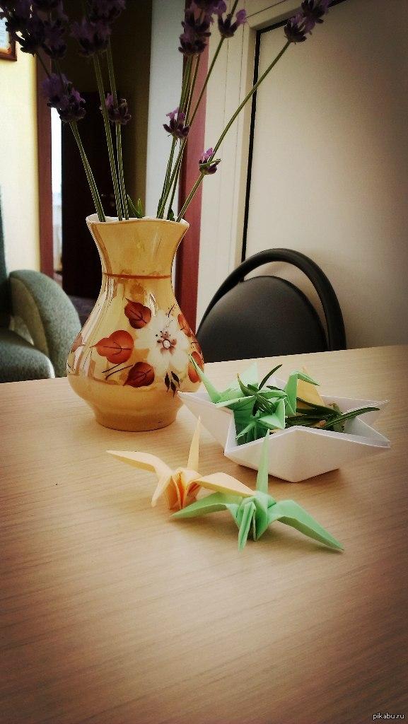 Вместо вазочек с конфетами... У меня на рабочем месте стоит гнездо с птеродактилями. Особо сговорчивым клиентам раздавать xD ну и лаванда в вазе - успокаивающее средство для обеих сторон)