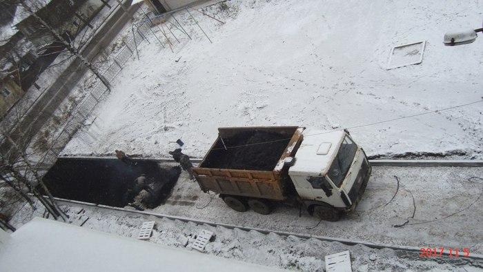 Вместе с первым снегом на дорогах начинает появляться и асфальт. Асфальт, Зима, Дорожные рабочие, Слободской, Россия