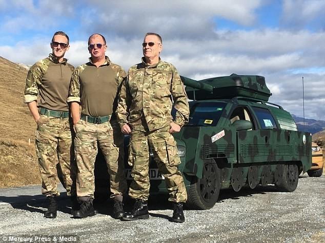 """Четверо друзей переделали старый Volvo в танк и поехали """"угарать"""" по Европе Авто, Танки, Переделка, Смекалка, Камуфляж, Volvo, Новости, Длиннопост"""
