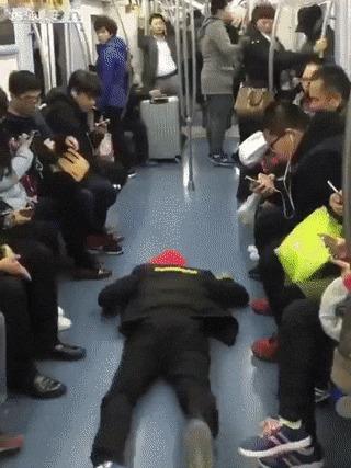 Как освободить себе место в общественном транспорте Поезд, Припадок, Человек, Пассажиры, Азиаты, Общественный транспорт, Притворство, Шанхай, Гифка