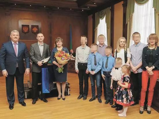 многодетная семья Многодетная мать победившая в конкурсе Семья года получила в подарок термос многодетная