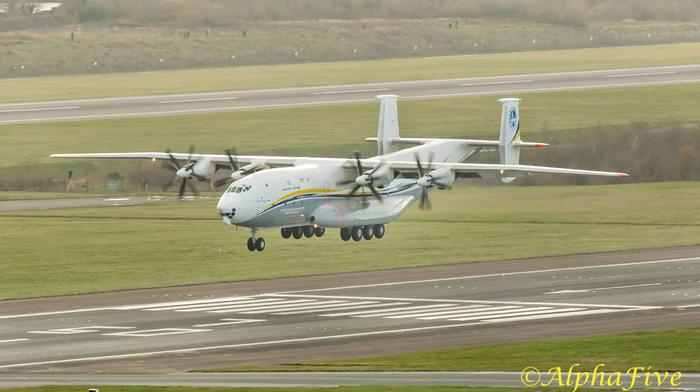 Неповторимый звук моторов ! Антонов Ан-22 покидает аэропорт Манчестер во время сильного бокового ветра Авиация, самолет, техника, Ан-22, видео, длиннопост
