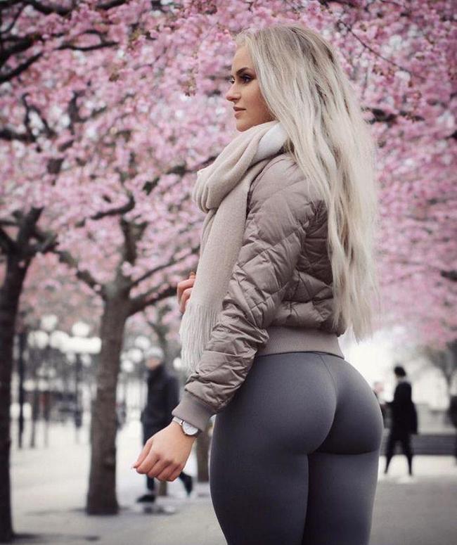 Красивая девушка в штанах показывает попу