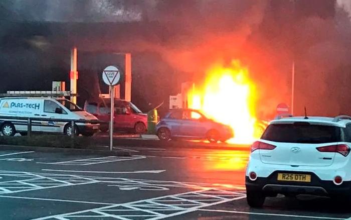 Британка случайно залила бензин невто отверстие ивзорвала автомобиль