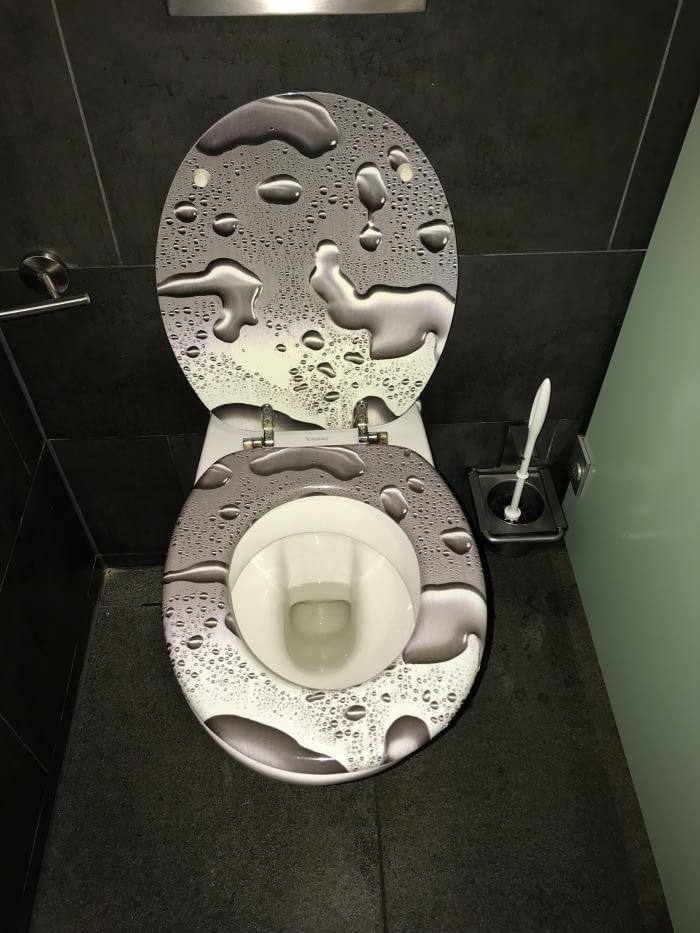 Как-будто в общественных туалетах мало поводов для беспокойства