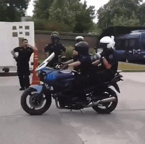 Полицейские тренируются пересаживаться с пассажирского сидения на водительское, без остановки байка