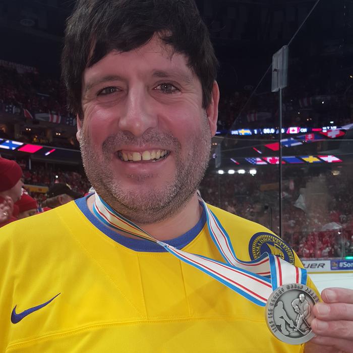 Американский фанат вернул выброшенную шведом на трибуны медаль. И объяснил, почему надел три свитера. Хоккей, Доброта, Трофей, Швеция