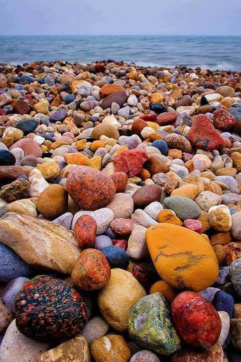 Красочные камни на озере Гурон