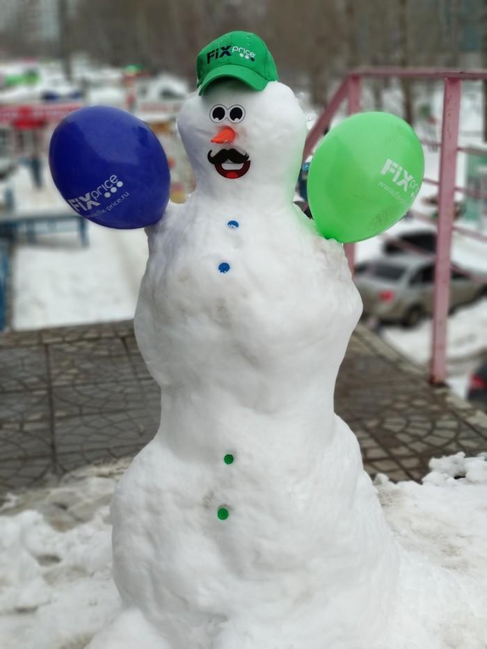 Снеговик около Fix Price.
