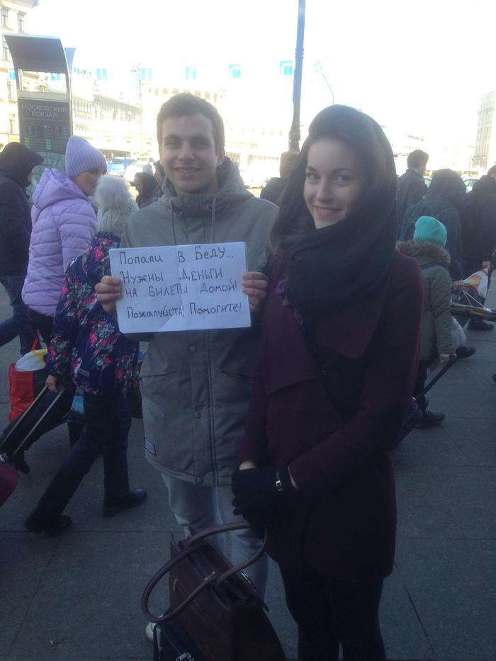 Ты узнаешь их из тысячи...Стояли у Московского вокзала в Питере. Попросил попозировать для Пикабу. Слиняли потом сразу.