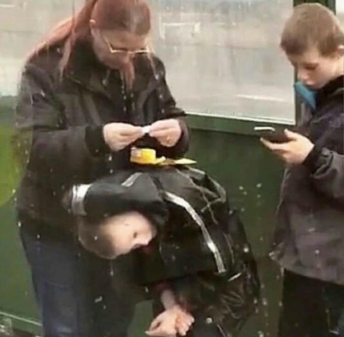 Использует ребенка как подставку чтобы сделать самокрутку...