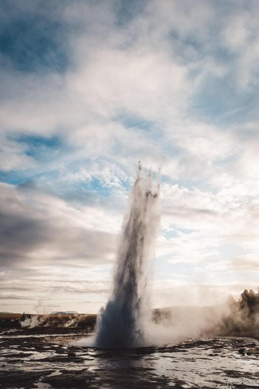 Трезубец Посейдона, поднимающийся из гейзера в Исландии
