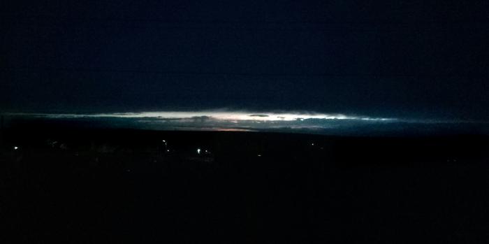 Закат после грозыстал выглядеть как сверхмассивная галактика на горизонте Закат, Космос, Галактика, Фотография, Небо