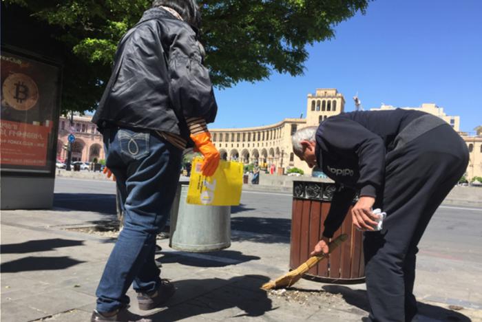 Участники многодневных протестов в Ереване вернулись на улицы, чтобы убрать за собой Армения, Ереван, Протест, Уборка, Политика, Длиннопост