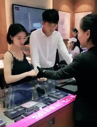 Как сделать так, чтобы он купил кольцо