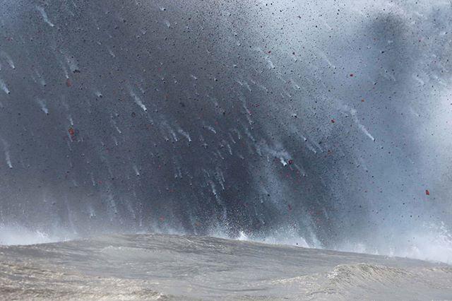 Куски лавы падают в Тихий океан во время извержения вулкана. Гавайи, США