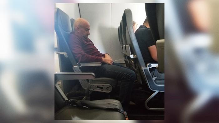 Пьяный мужчина писал в самолете не вставая с места [США] Самолет, Полет, Пьяные, Правонарушение, Алкоголь