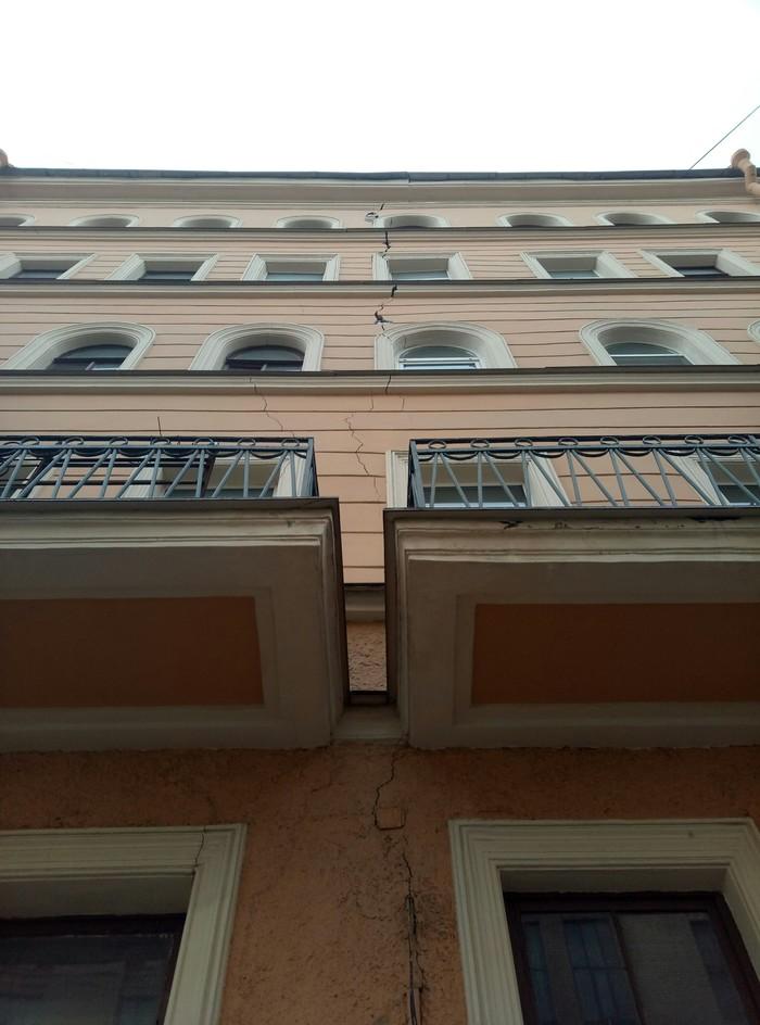 Свежее фото расколотого дома в СПБ Санкт-Петербург, Строительство, Здание, Трещина