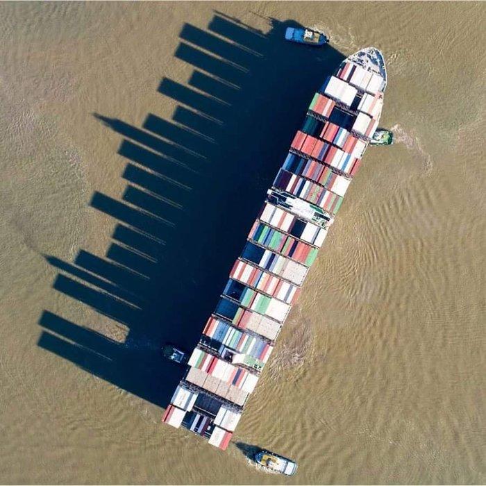 Небоскребы, сделанные торговым судном в море.