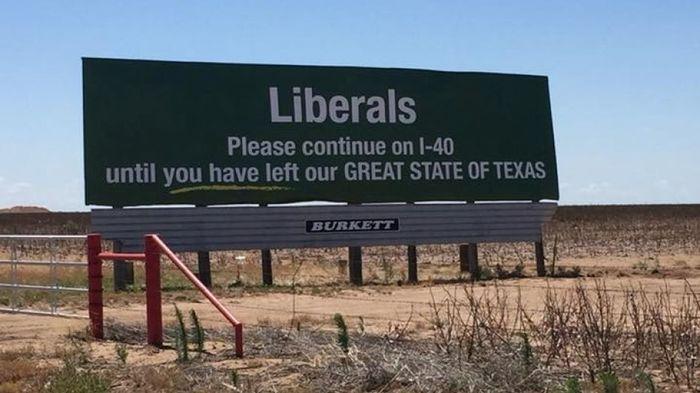 Биллборд в Техасе: либералы, продолжайте движение до тех пор, пока не покинете ВЕЛИКИЙ ШТАТ ТЕХАС