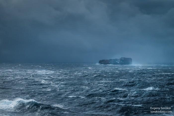 Контейнеровоз во время небольшого шторма Кораблятская жизнь, Контейнер, Шторм, Море, Корабль, Судно, Морская жизнь, Работа в море