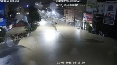 Пассажира мотоцикла затянуло в водосток ДТП, Погибшие, Байкеры, Индонезия, Дождь, Гифка