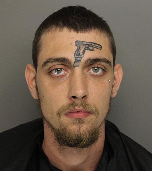 Мужчина с татуировкой в виде пистолета обвинён в незаконном ношении оружия Тату, Мужчина, Револьвер, США