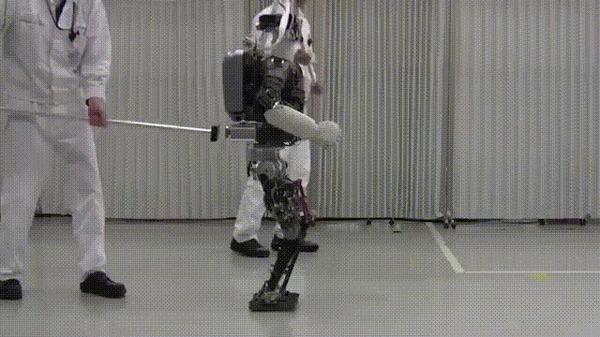 Робот Honda E2 DR-тест на устойчивость.