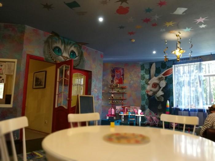 Оформление детской игровой комнаты при одном из отелей лен. области Алиса в стране чудес, Оформление, Рисунок, Чеширский кот, Белый кролик, Детская площадка, Длиннопост
