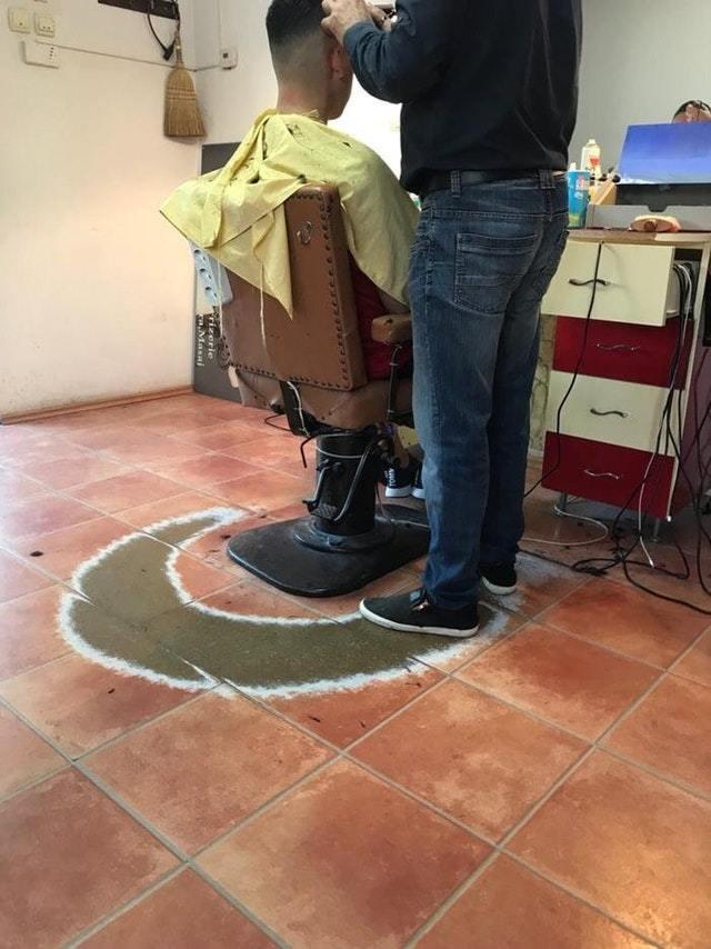 След на плитке оставленный парикмахером за долгие годы