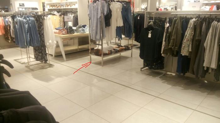 Обычный воскресный день в торговом центре...найди ребёнка.