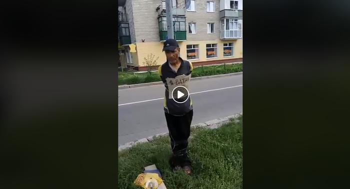 "Маразм крепчает:на Украине мужчине повесили на грудь табличку ""Я ватник"" и привязали к столбу Украина, Политика, Видео, Самосуд, Чернигов"