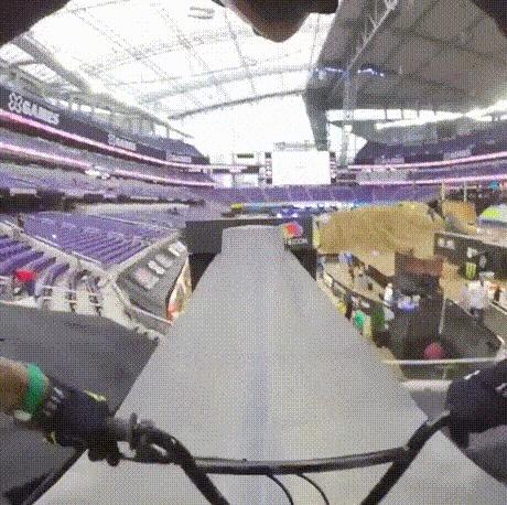 Трюковой заезд на велосипеде, записанный с помощью 360-градусной камеры