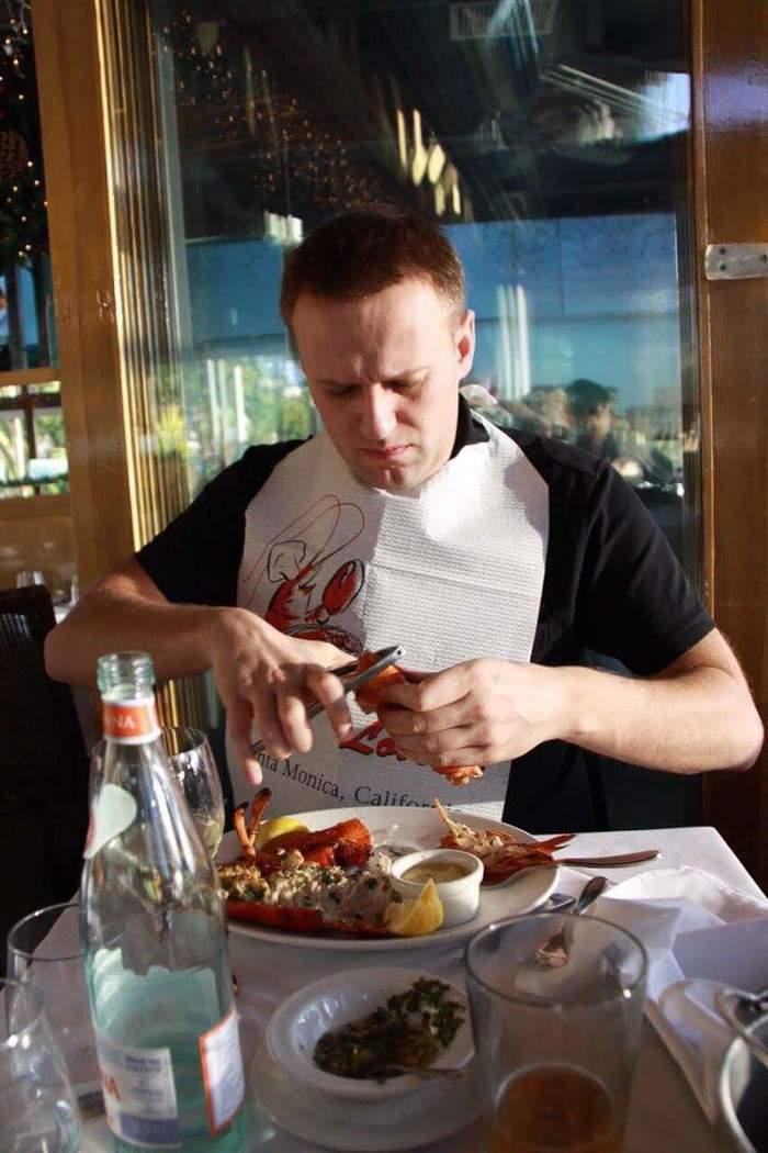 Алексей Навальный поймал чиновника коррупционера и ломает ему ноги. Алексей Навальный, Политика, Лобстер, Ресторан, Twitter