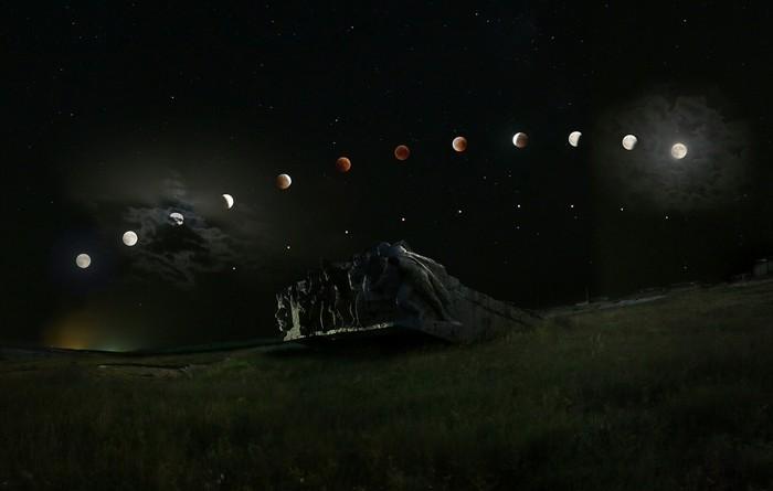 Фото всех фаз лунного затмения нафоне грандиозного монумента наСаур-могиле.