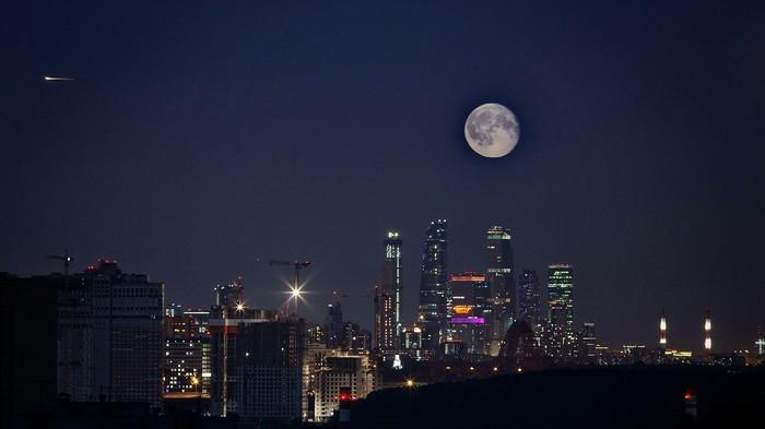 Луна над городом Луна, Красногорск, Башни москва сити, Фотография