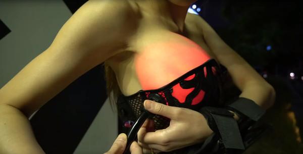 Девушка-технарь изобрела корсет, который подсвечивает силиконовую грудь Грудь, Корсет, Девушки, Подсветка, Силикон