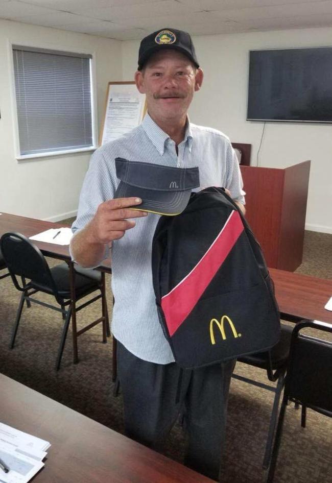 После года жизни на улице, Фил устроился на работу в Макдональдс Бомж, Мак, Работа в маке, Новая работа, Жизнь, Макдоналдс