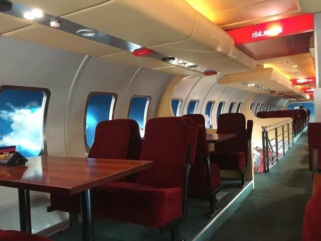 Ресторан стилизованный под салон самолета