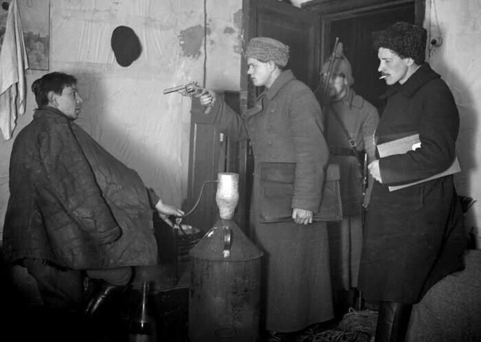 Арест самогонщика работниками ГПУ, СССР, 1920–е.