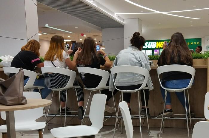 Просто 5 девочек играют в дурака по интернету, а не колодой карт